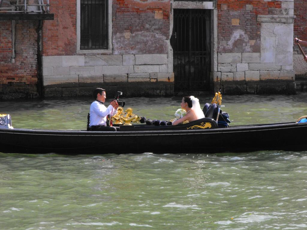 Fotograf cu mireasa in gondola